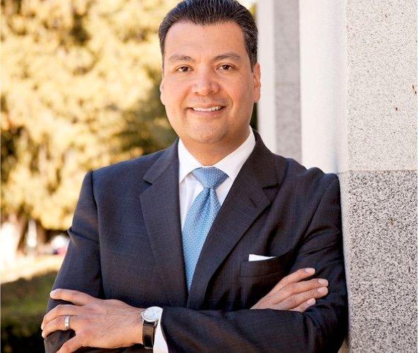 Alex Padilla, ocupará el escaño que deja vacante la vicepresidenta electa, Kamala Harris en el Senado. Foto. CA.gov.