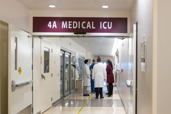 Un grupo de médicos conversa en la UCI del Centro Médico LAC+USC.