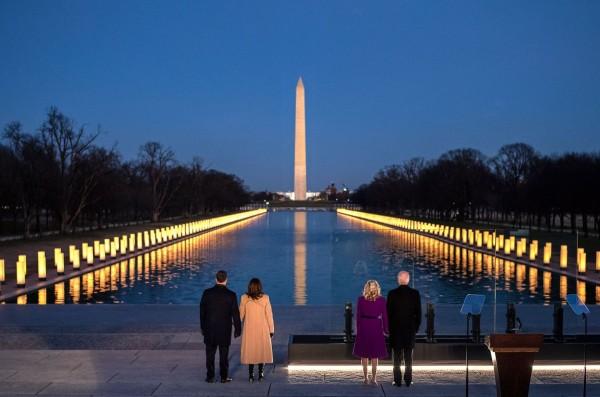 Las dos parejas presidenciales la víspera de su juramentación como los nuevos presidente y vicepresidenta de Estados Unidos en Lincoln Memorial. Foto: Facebook.