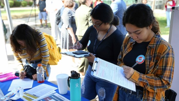 Cada 30 segundos, un joven latino en los Estados Unidos cumple 18 años. Sus votos cuentan más que nunca. Foto: Ross D. Franklin/AP.
