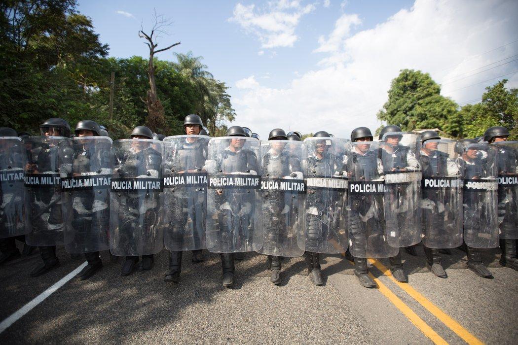 Las tropas de la Guardia Nacional se alinean a lo largo de la carretera para disolver la caravana de migrantes el 23 de enero de 2020. La Guardia Nacional Mexicana, argumentan los defensores de los derechos de los migrantes, se ha convertido en una extensión del muro de Trump. Foto: https://progressive.org.