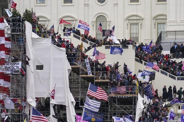 Mientras el Congreso se prepara para afirmar la victoria del presidente electo Joe Biden, turbas de nacionalistas blancos atacaron el Capitolio para mostrar su apoyo al presidente Trump. Foto: https://abc7ny.com / AP.
