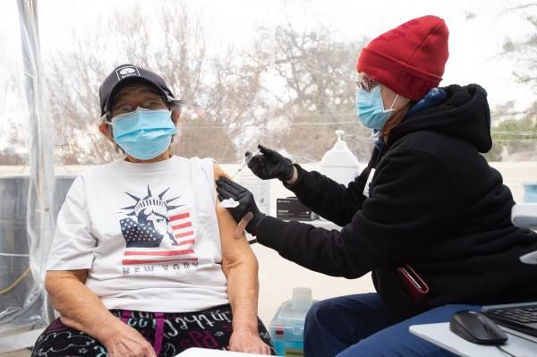 Angelinos de 65 años y más, como esta señora de Los Ángeles, ya pueden recibir la vacuna contra Covid-19 en algunos estados como California, Nueva York y otros. Foto: Rubén Tapia.