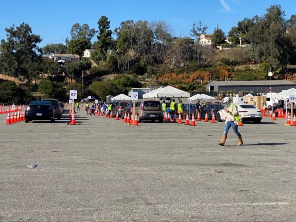 Automovilistas esperan ser vacunados en el estacionamiento del estadio de los Dodgers. Uno de los mas grandes centros de vacunación del país.