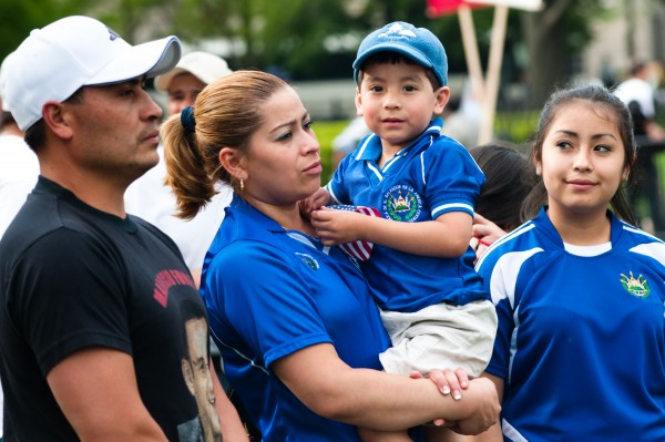 La mayoría de los inmigrantes centroamericanos que han obtenido la residencia permanente legal en  Estados Unidos lo hicieron a través de los canales de reunificación familiar. Foto: Migration plicy Institute.