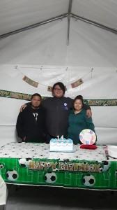 Padres de Ivin Dávila –al centro- le celebran su cumpleaños el año pasado. Ambos murieron por Covid-19, y también su abuelita.