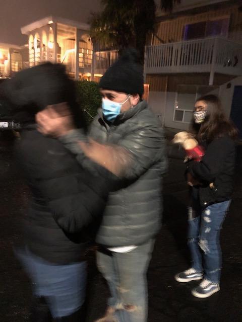 René abrazando a Ema en el momento que sale del Centro de Detención del Noreste.