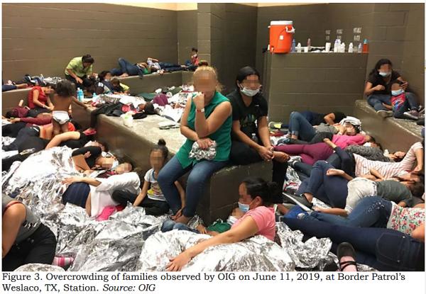 Familias inmigrantes detenidas por ICE y hacinadas en el centro de detención de Weslaco, Texas, en violación a los derechos civiles y humanos de los detenidos. Foto: https://www.cato.org.