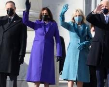 Las dos parejas presidenciales saludan al público que se reunió para presenciar la ceremonia de juramentación del presidente Joe Biden y la vicepresidenta, Kamala Harris. Foto: https://www.marieclaire.com.