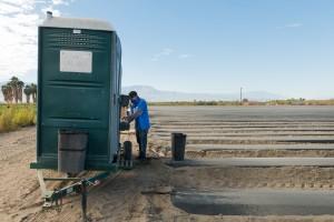 El trabajador agrícola David López se toma un breve descanso. Dijo que es cuidadoso de usar su máscara y lavarse las manos.