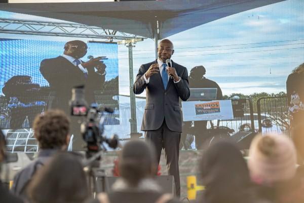Durante la campaña electoral el reverendo Warnock visitó Gwinnett uno de los condados más diversos e hispanos de Georgia. Foto: Christopher Moore HNS Media