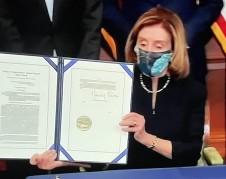 La líder demócrata de la Cámara de Representantes, Nancy Pelosi muestra a la nación el acta de juicio político a Trump, aprobada por el Congreso.