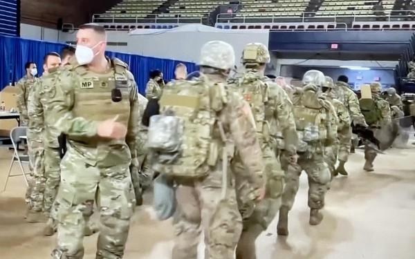 Efectivos militares llegan a Washington, DC, para resguardar la ciudad por la inauguración del nuevo gobierno.