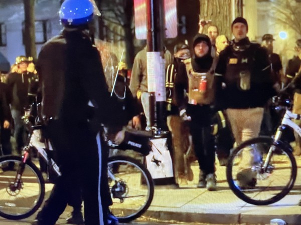 Extremistas blancos a la hora de comenzar a concentrarse en las cercanías del Capitolio.