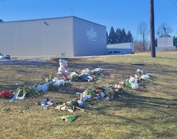Miembros de la comunidad hispana de Gainesville, Georgia, dejan ofrendas, flores y peluches en honor a los fallecidos por la fuga de nitrógeno.