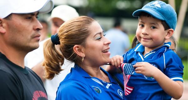 Familia latina que podría ser beneficiada con la nueva propuesta de los demócratas. Foto: Pew Research Center.