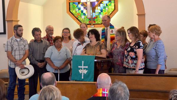 Rosa Sabido anuncia su refugio en Iglesia Metodista Unida, en Mancos, Colorado, rodeada de apoyo solidario.