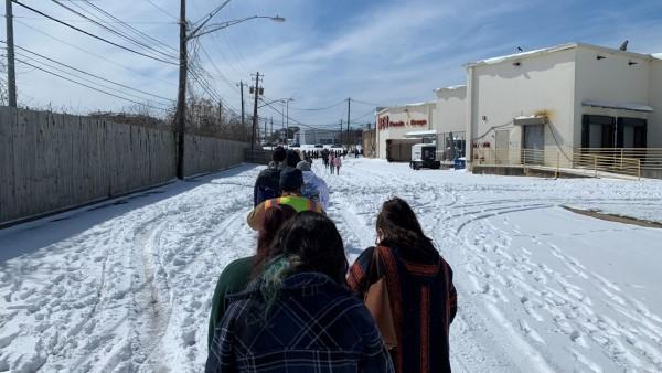 Habitantes de vecindarios de Austin, Texas, caminan por las calles congeladas en busca de agua o gas. Tampoco tienen luz. Foto: https://spectrumlocalnews.com.