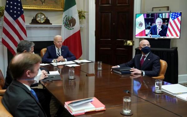 El presidente Joe Biden y el titular del DHS, Alejandro Mayorkas y otros funcionarios durante la plática virtual con el presidente de México, Andrés Manuel López Obrador, desde la Casa Blanca. Foto: Duluth News Tribune.