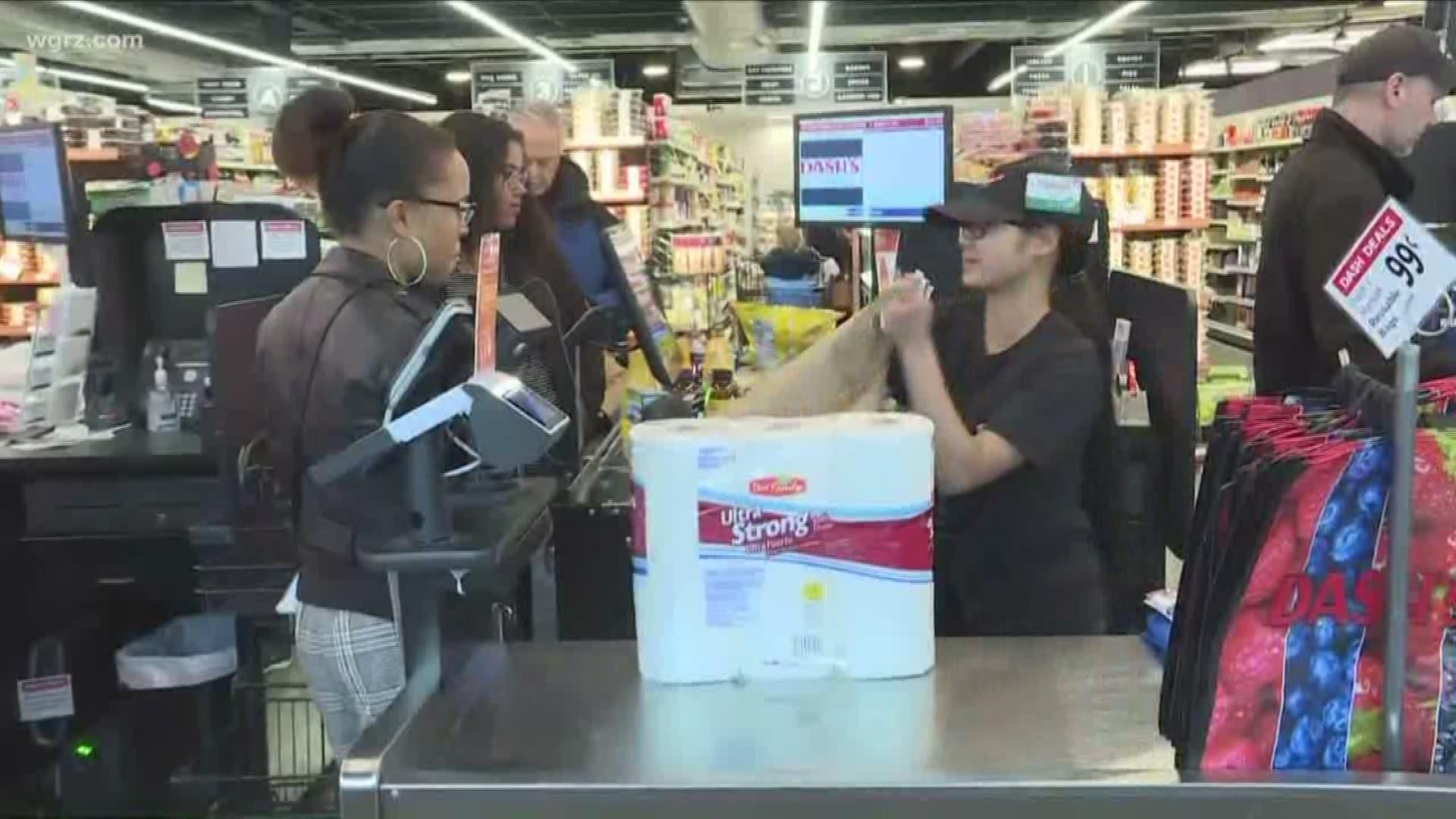 Trabajadores latinos de supermercados dicen sentirse vulnerables e inquietos ante la derogación del uso de los cubre bocas en sus estados. Foto: https://www.wgrz.com.