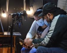 Carmen Pablo Pérez habla con Crecensio Ramírez antes de comenzar las transmisiones