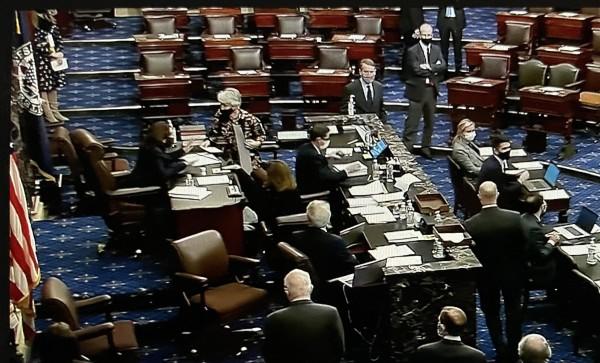 Senado de Estados Unidos personal de esa cámara lee en voz alta el contenido del paquete de alivio económico por la pandemia de Covid-19. Foto: José López Zamorano.