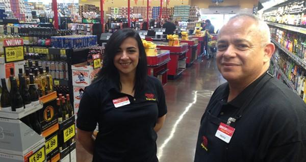 Henry y Breana Martínez dueños de un Grocery Outlet, una cadena en plena expansión en el sur de California. Foto: https://susociodenegocios.com.