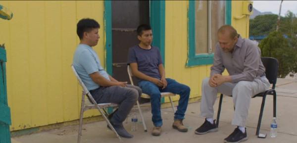 El abogado de inmigración, Carlos Spector-Calderón platica con Francisco Chávez y Gregorio Cobos en la fronteriza ciudad de Juárez, Chihuahua, México. Foto: Cortesía del abogado Spector-Calderón.