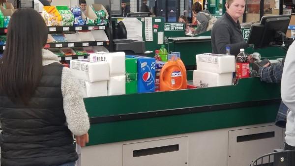 Cajeros (as) de las tiendas de comestibles tratan directamente con los clientes y eso los pone en riesgo de exposición al Covid-19. Foto: Paul Boger / KUNR Public Radio.
