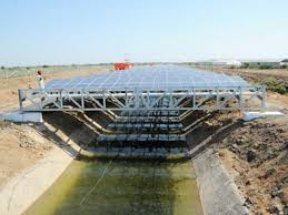 Paneles solares sobre canales abiertos en CA. Foto: https://envirothink.wordpress.com.