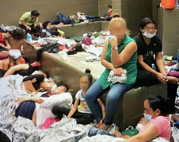 Migrantes menores, algunos con su familia en centros de detención de ICE. Foto: CBP.