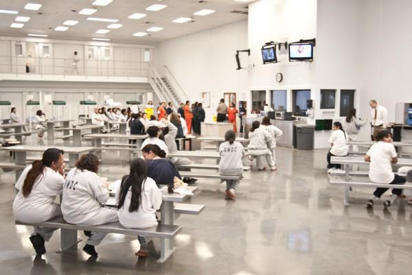 En el interior del Centro de Detención del Noroeste, una prisión que el Grupo GEO le renta a ICE. Foto: https://itsgoingdown.org.