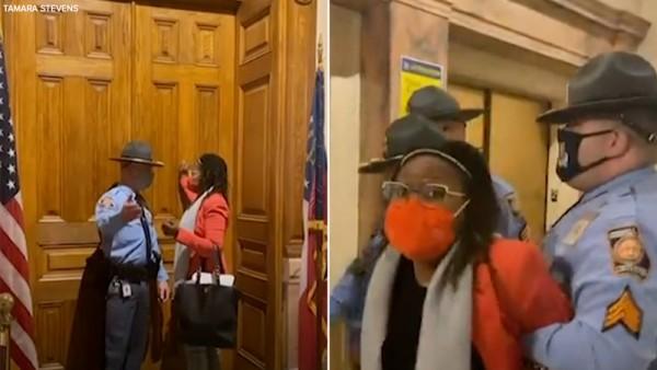 Durante el arresto de la representante estatal, Park Cannon cuando tocó la puerta del recinto donde el gobernador Kemp firmaba a puerta cerrada la draconiana ley contra el derecho de voto. Foto: https://6abc.com.