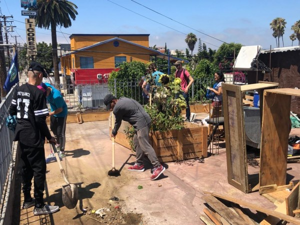Con supervisión de migrantes, miembros de Contra Viento y Marea siembran hortalizas para incorporar al menú.