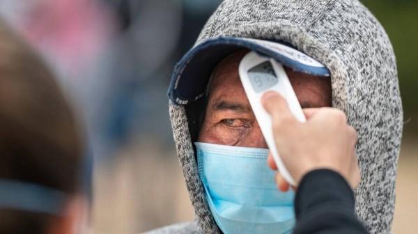 Un voluntario revisa la temperatura de un trabajador agrícola durante un evento de vacunación COVID-19 cerca de Parlier el 4 de febrero. BRYAN PATRICK Especial para Vida en el Valle.
