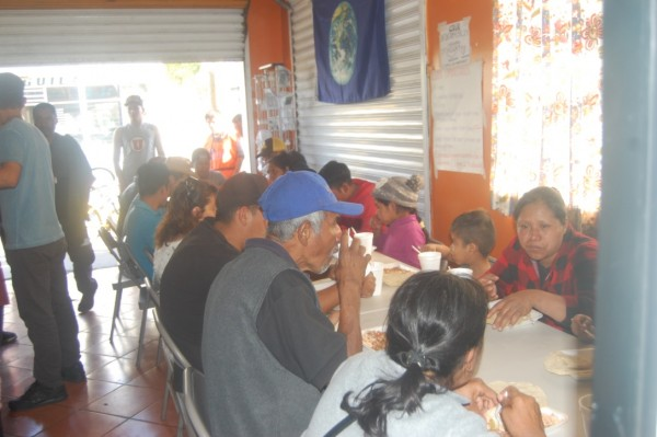 Migrantes mexicanos, centroamericanos personas vulnerables de la Zona Norte de Tijuana, B.C., en uno de los comedores de contra Viento y Marea.
