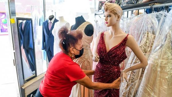 Amparo Cervantes, de la tienda de novias Barr Brothers of California en Fresno, ajusta un maniquí mientras trabaja en la tienda el martes 20 de abril de 2021. Foto: CRAIG KOHLRUSS ckohlruss@fresnobee.com.