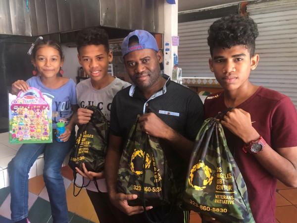 Migrantes reciben gustosos donaciones que les entregan durante su paso por el contrario Viento y Marea.