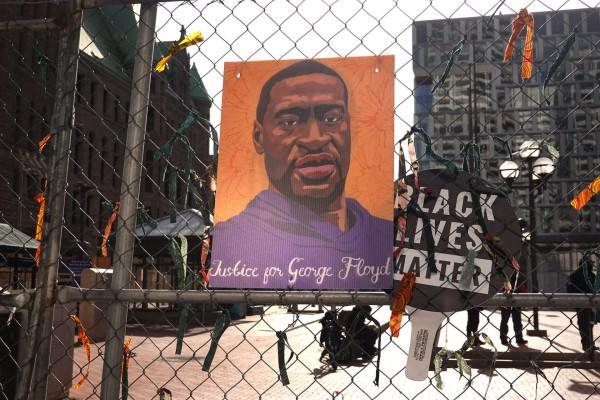 Las ciudades se preparan con barricadas en previsión de desmanes masivos si el veredicto sobre el asesinato de George Floyd bajo la rodilla del policía de Minneapolis, Derek Chauvin, resultara en la absolución del policía. Foto: The 19th News.