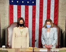La Vicepresidenta de Estados Unidos, Kamala Harris y la líder de la mayoría demócrata en la cámara baja, Nancy Pelosi se ubican a las espaldas del presidente Biden en su discurso a la nación.