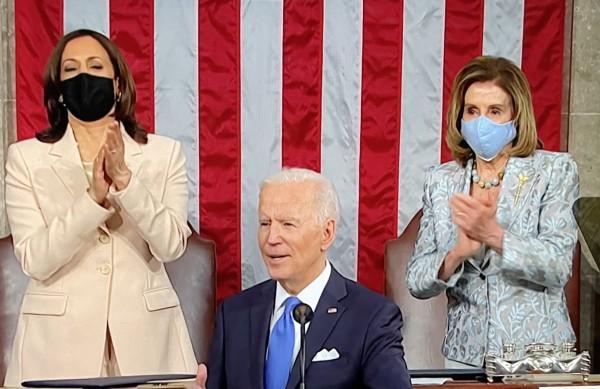 En su primer informe a la nación el president Joe Biden por primera vez en la histria de Estados Unidos es respaldado por mujeres en el estrado del Senado: la Vicepreidenta, Kamala Harris y la Líder de la Cámara de Representantes, Nancy Pelosi.