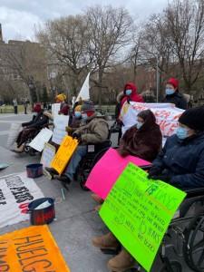Muchos trabajadores en huelga de hambre asistieron a la conferencia de prensa en Washington Square Park en sillas de rueda, en una helada mañana neoyorquina.