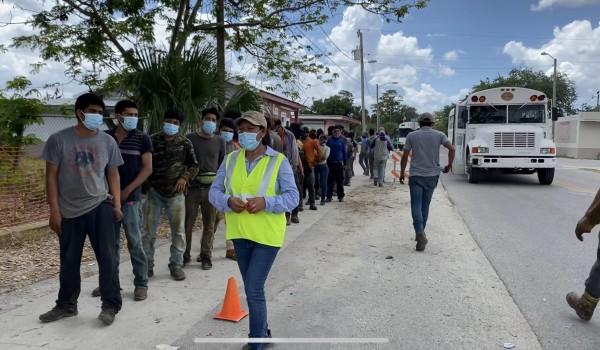 Fila de trabajadores agrícolas, para la vacunación contra el Covid-19, en Immokalee, La Florida.