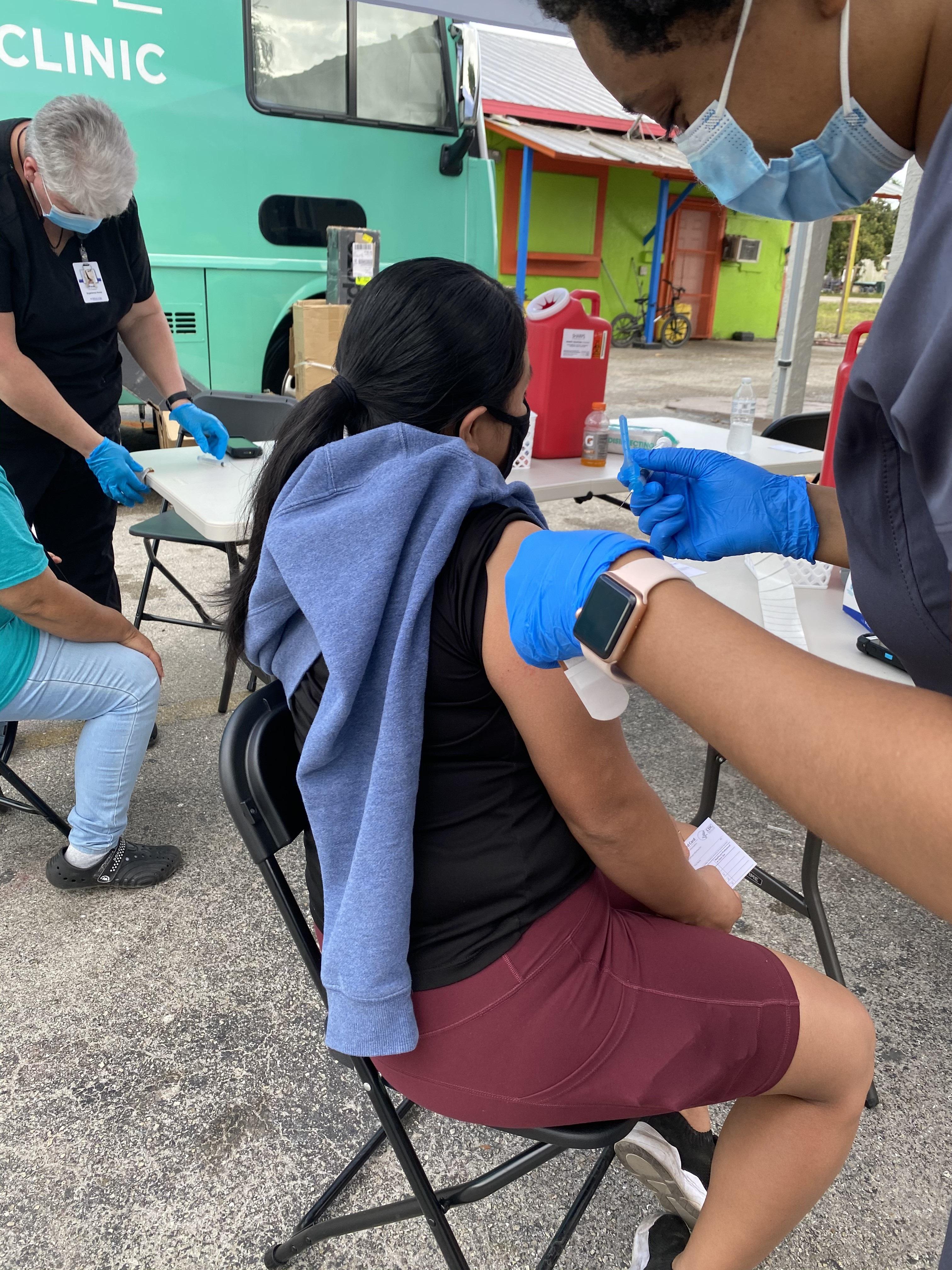Trabajadora de los campos de cultivo en Immokalee, La Florida, aplicándose la vacuna contra el covid.