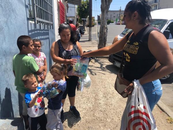 Repartiendo ropa, medicinas de primeros auxilios y productos higiénicos a familias migrantes migrantes o personas vulnerables en Tijuana.
