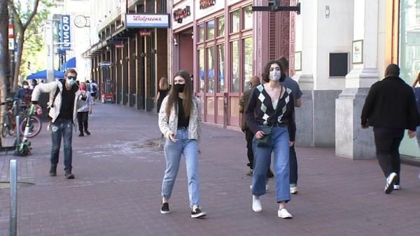En las calles de San Francisco, California la gente usa el cubre boca. Foto: https://abc7news.com.