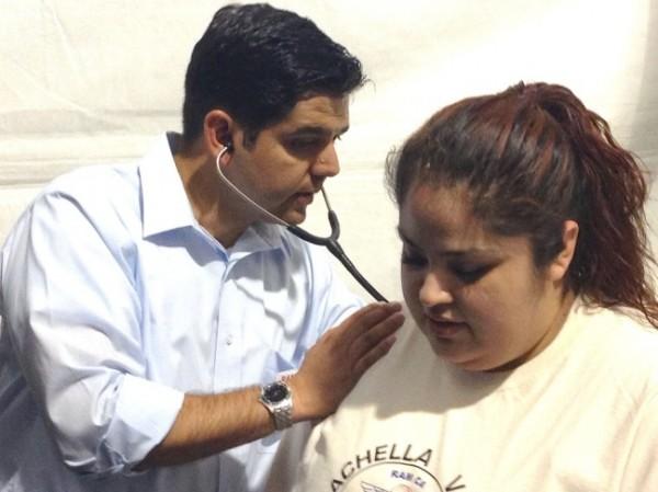 El Dr. Raúl Ruíz, congresista de California en el ejercicio de su profesión. Foto: https://www.scpr.org.