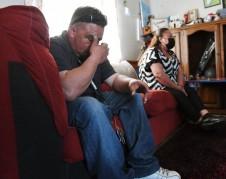Juan Cruz y su madre Claudia Medina lamentan la muerte de Pedro Cruz Mendoza, quien murió a causa del COVID-19, durante una entrevista en la casa de la familia en Lemoore el 6 de abril de 2021. Foto: The Fresno Bee.