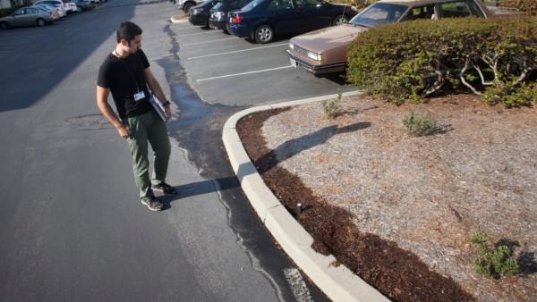 Un supervisor de la ciudad de Santa Cruz observa el desperdicio de agua de algún vecino. Foto: https://www.ctvnews.ca.