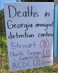 Cartel con datos sobre muertes en centros de detención de Georgia.